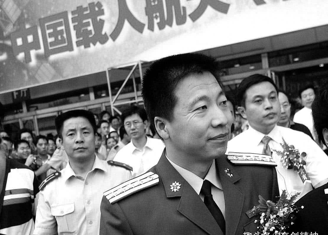 当年的航天英雄杨利伟,现在生活得怎么样了?网友看完泪目了