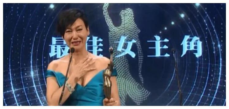 她三夺金像奖女主角,事业顺风顺水,单身多年仍想恋爱