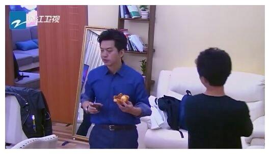 李健吃披萨被经纪人骂,谢霆锋反应暴露高情商,李健回应3个字!