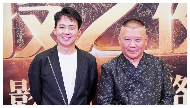 优秀!德云社少班主郭麒麟陪郭德纲上海电影节走红毯的表现满分