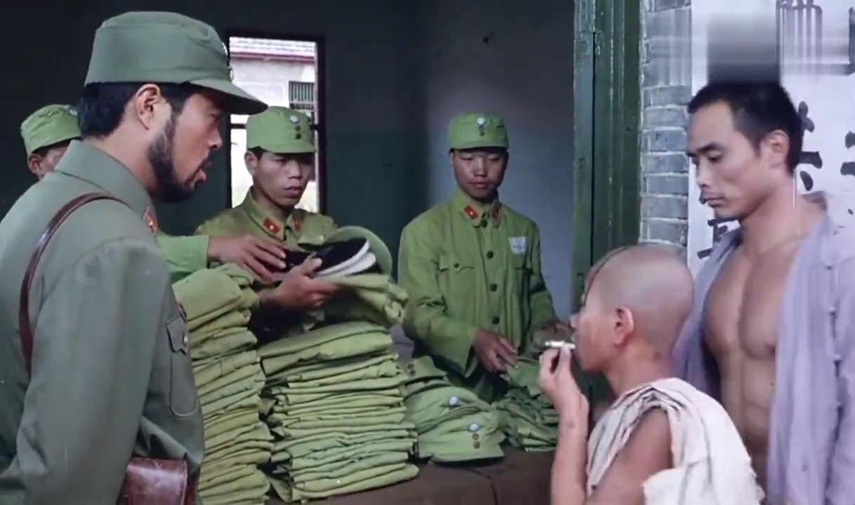 三毛从军记:三毛领军装,没有他的型号穿着实在太大