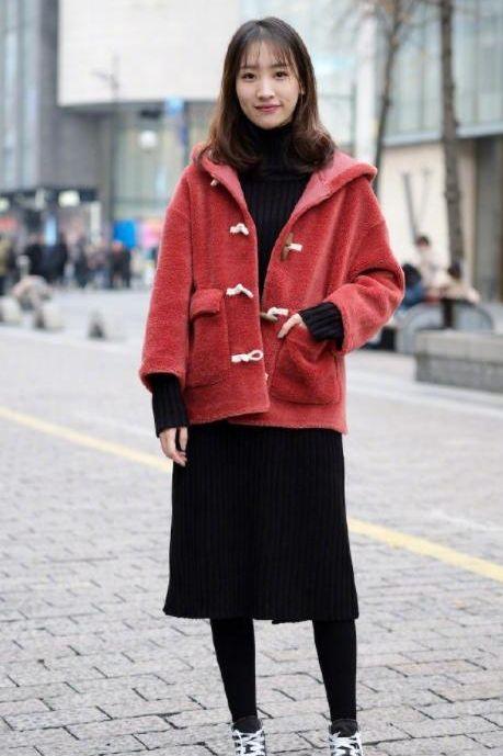 街拍:身材丰腴的90后美女小姐姐,紧身背心+休闲短裙,萌美又感