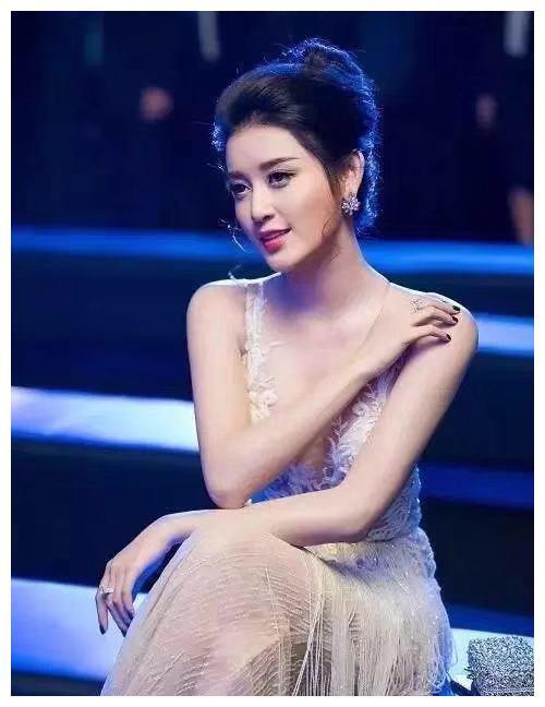 女星写真:这位泰国女星颜值爆表,容颜胜过古力娜扎