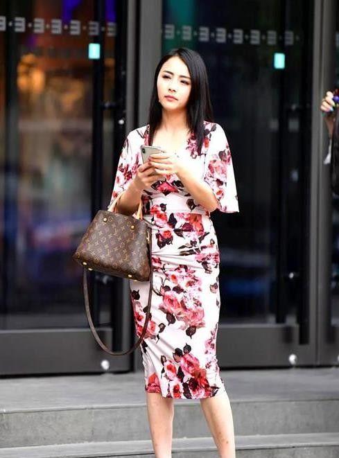 街拍:娇嫩丰盈的小姐姐,一条碎花连衣裙,时尚都市丽人气质
