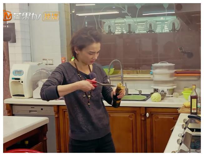 """黄圣依到底有多""""金贵"""",看看她在厨房做的这件事情就知道了!"""