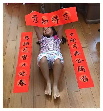 刘涛一双儿女写对联,这么有才的孩子毛笔字写的真不错,赞一个