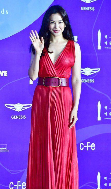 《极限职业》李哈妮亮相,一身红裙美艳