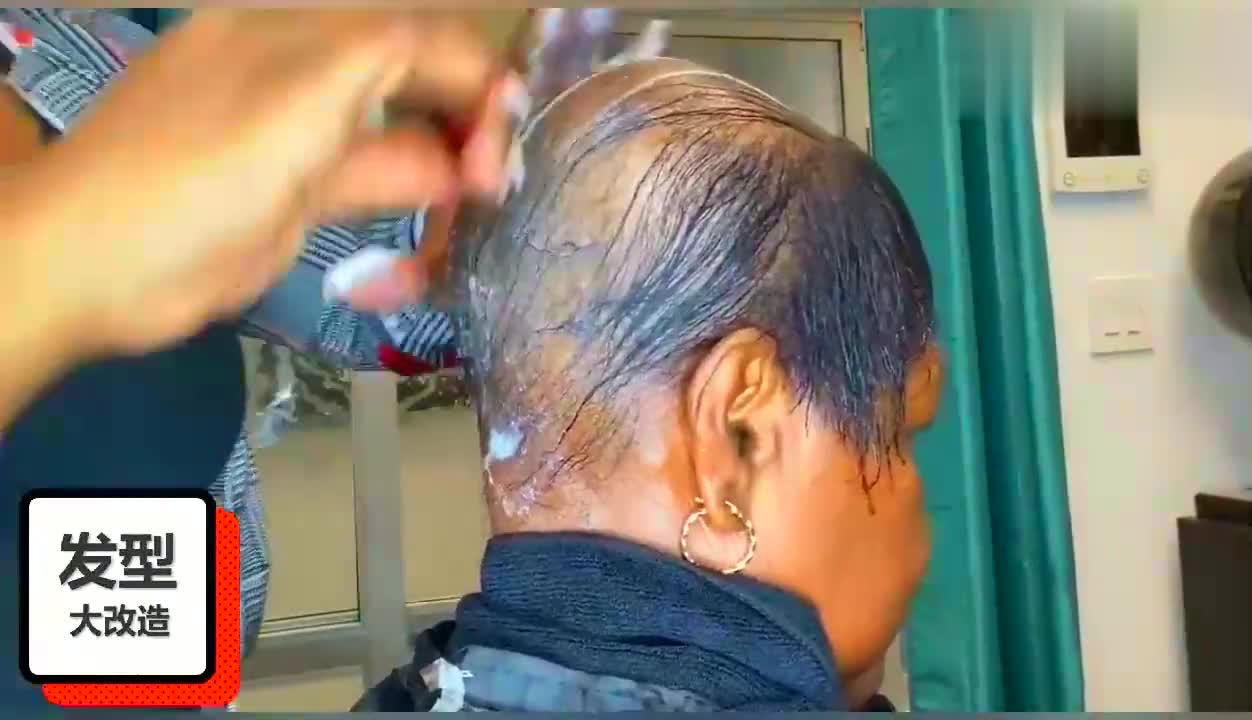 50岁大姐掉发烦透了,发型师有绝招,让她立马大变样!