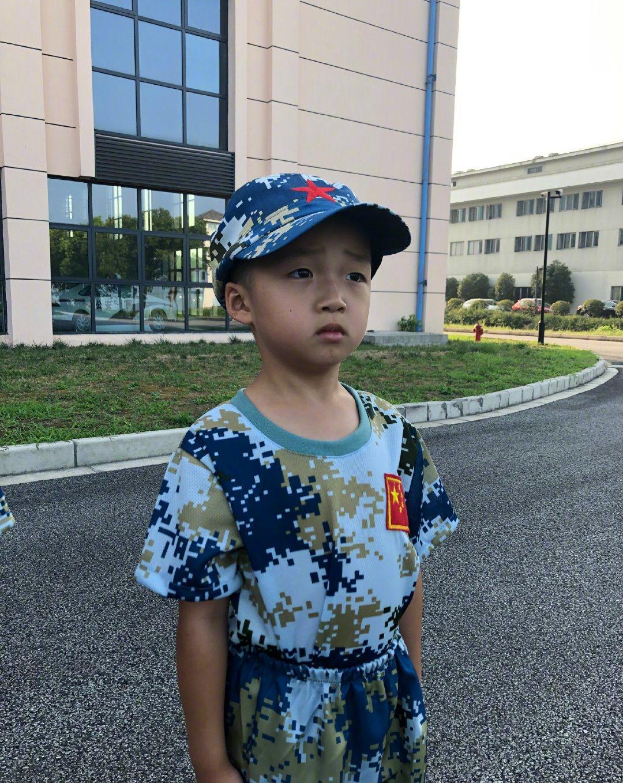 邹市明二儿子6岁生日,穿迷彩服俨然男子汉,兄弟俩合手