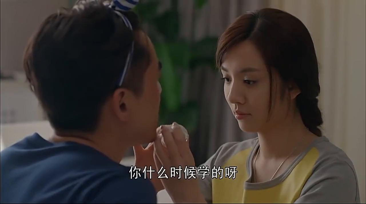 王晓晨帮胡歌画京剧脸谱,他一照镜子,不敢相信自己的眼睛