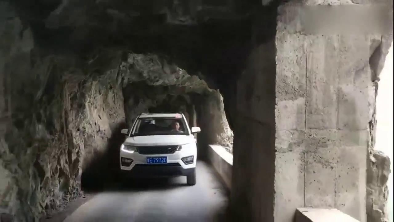 视频:长安CX70T悬崖峭壁玩穿越 这也太牛了!