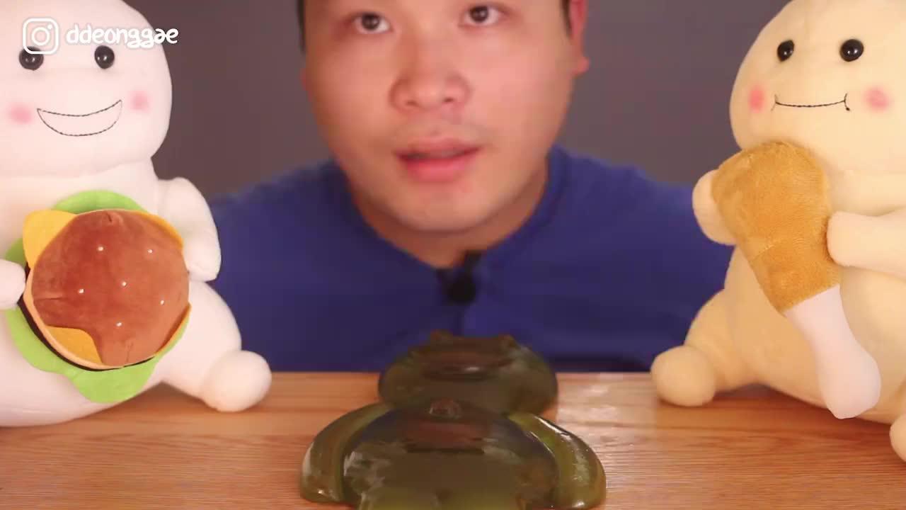 韩国大胃王胖哥,吃果冻软糖,嚼劲十足,吃的真带劲