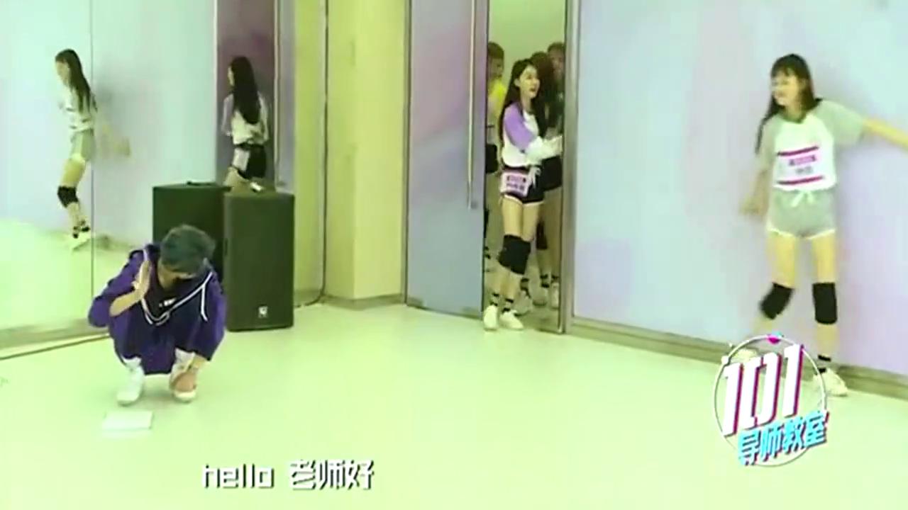 创造101王一博导师蹲在地上等学员小姐姐们,她们进来都溜墙边走