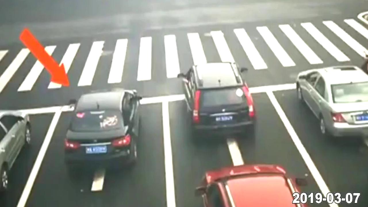 电动车嚣张闯红灯,黑车霸气开怼,不是所有轿车都会惯着他!