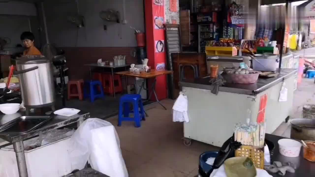 在东莞上班的小伙一天的伙食早上肠粉中午酸菜面晚上炒米粉