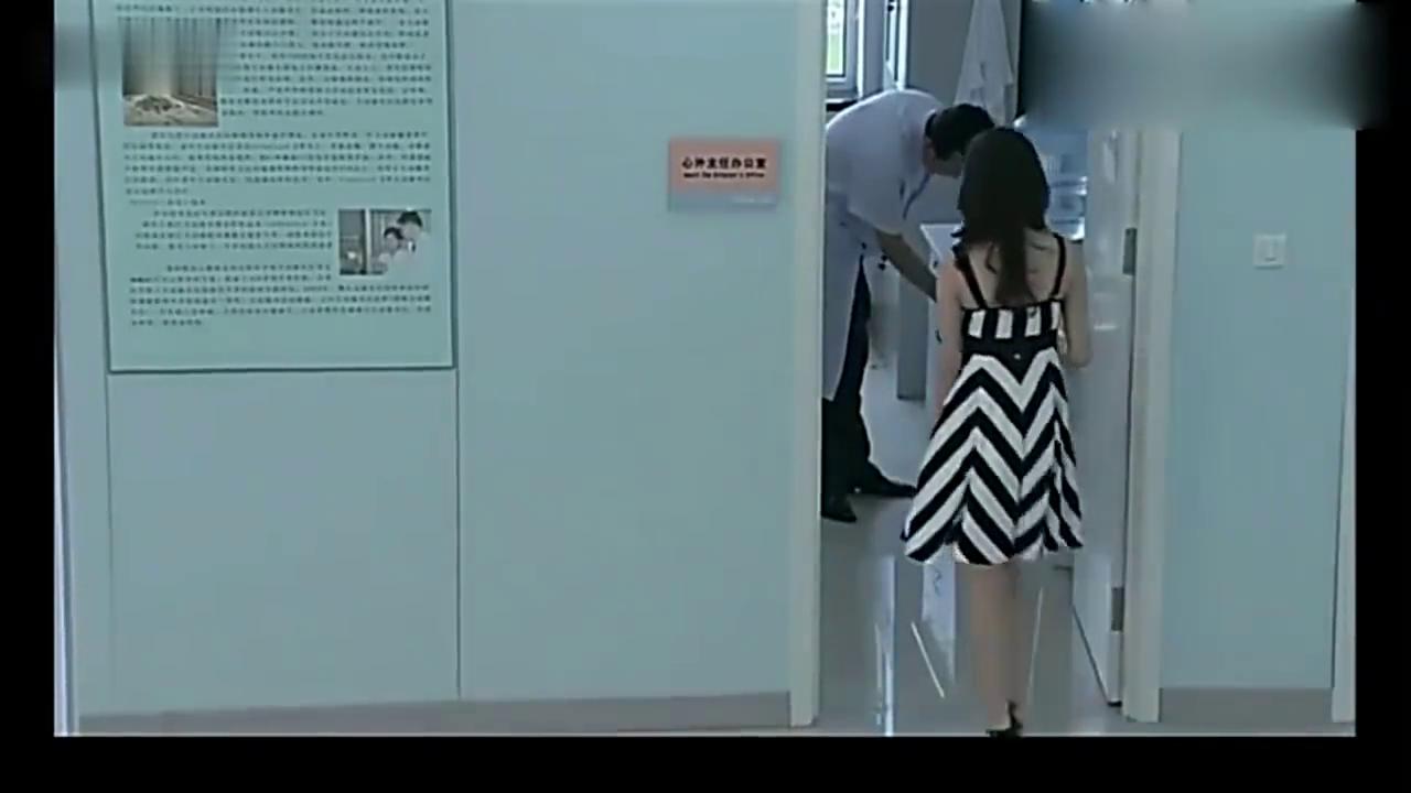 安然跟和主任在办公室里搂搂抱抱,却不知老公就在外面看着!