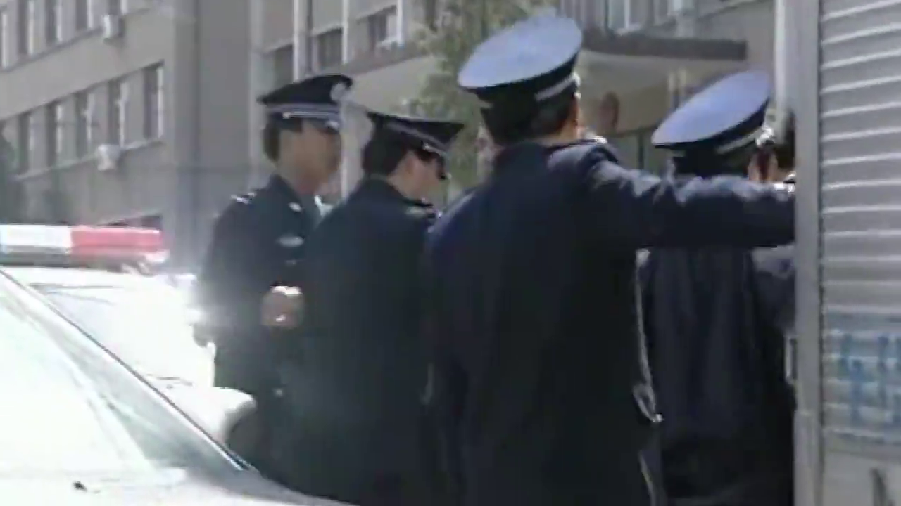 县委书记:警局门口被车围堵,局长霸气开来压路机,瞬间畅通无阻