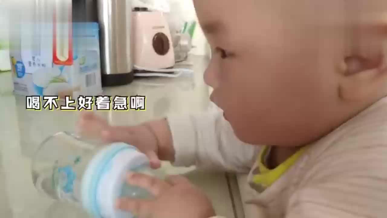 8个月宝宝有多聪明呢自己用奶瓶喝水全程不用妈妈帮忙