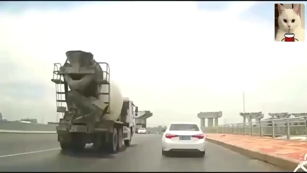高速上随意刹车大货车直接让它穿上开裆裤
