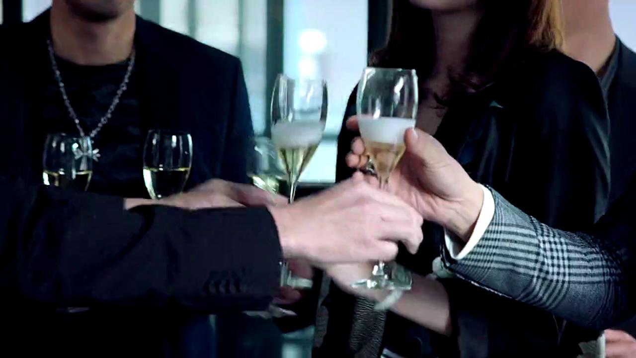 犯罪团伙庆功宴,为了庆祝计划成功,众人纷纷开香槟祝贺!