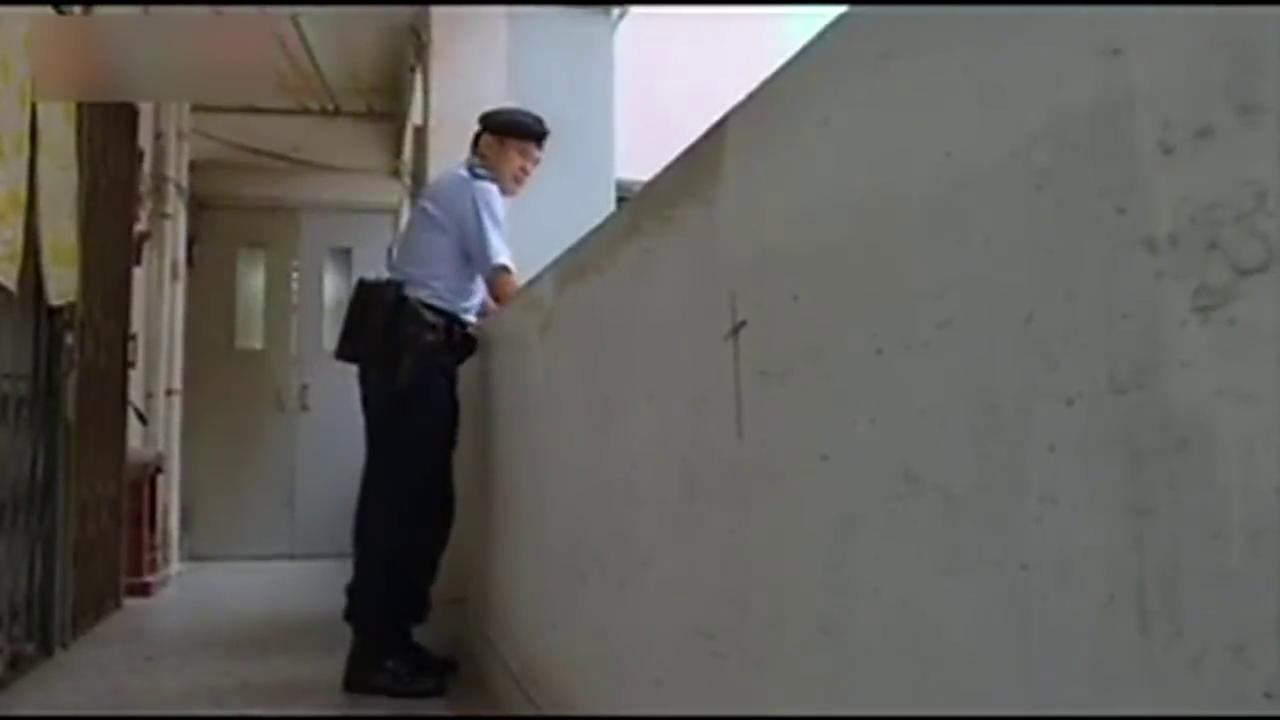 男子在居民楼衣服里拿出走私物,殊不知警察正在居民楼