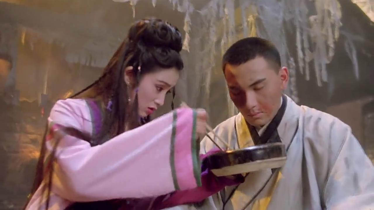 林文龙被林青霞缠的实在没有办法了,只好答应教她易筋经