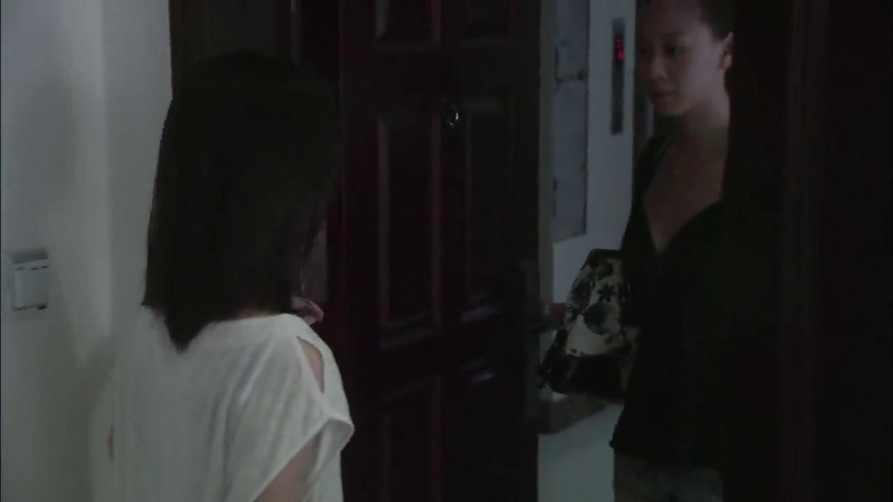 李青看到程鹏家里有女人,做出呕吐的表现,程鹏竟没发现这个秘密