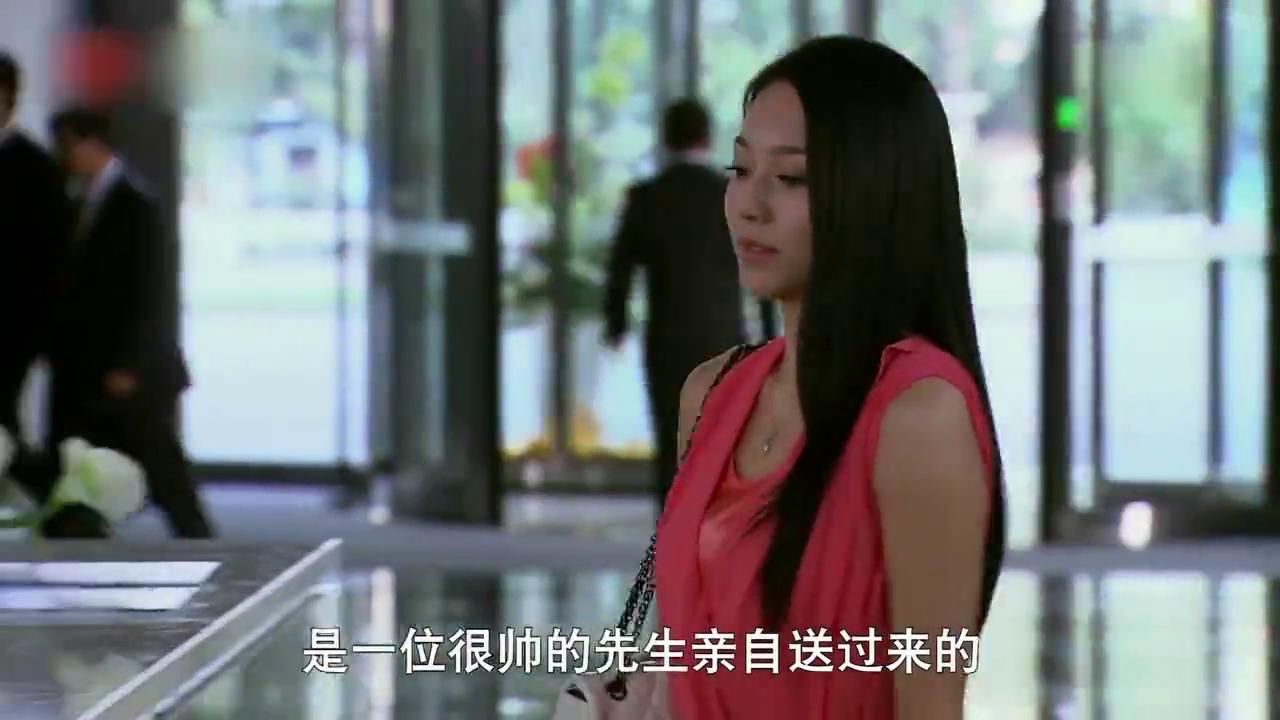 女孩和哥哥前女友交接工作,暗示哥哥和现任很好,不希望她插足