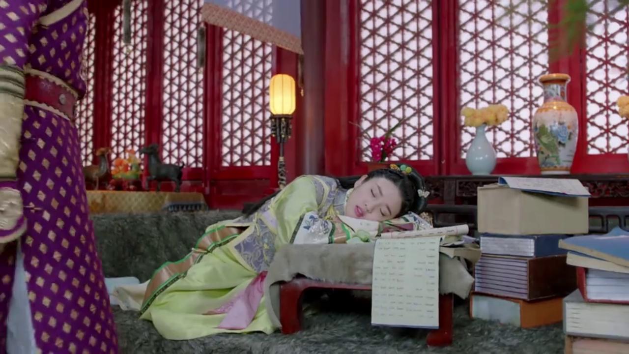 东哥跑皇太极屋睡觉,不料皇太极趁机捏她鼻子,甜炸了