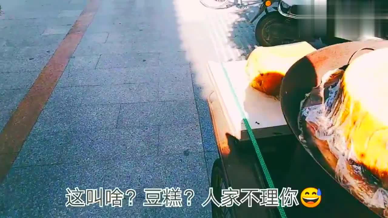 在开封生活的老外留学生入乡随俗,会用支付宝骑共享单车,厉害