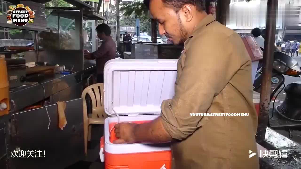 印度小哥街头摆冷饮摊卖沙冰卖相还不错网友看的表示也想吃