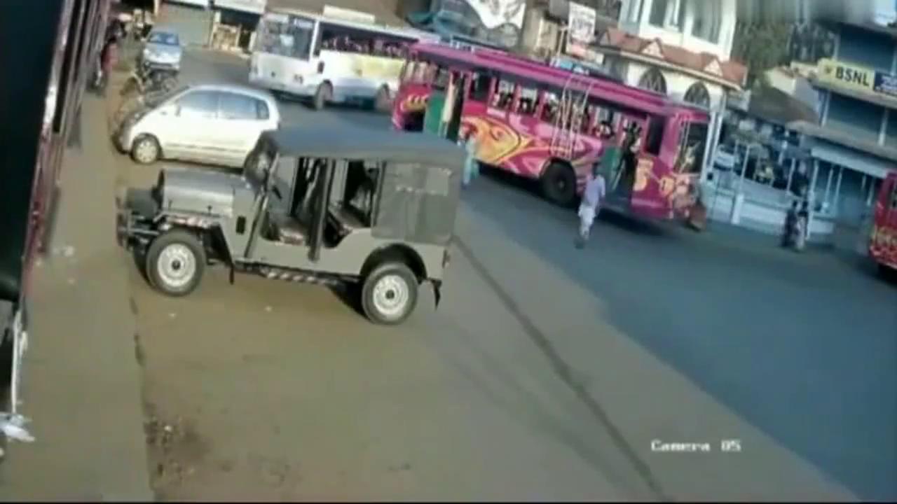 公交车转弯撞倒女子,女子惨遭碾压,路人纷纷上前帮忙