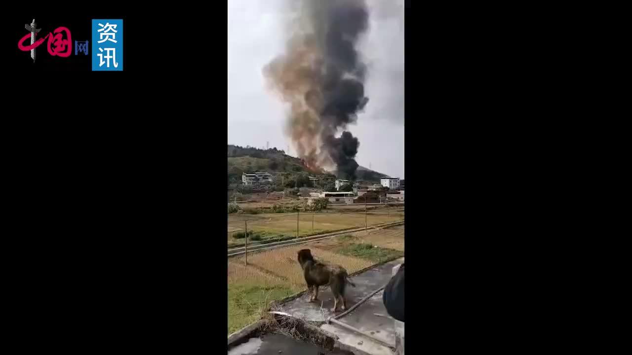 广东一山头突发大火灾火势蔓延很快