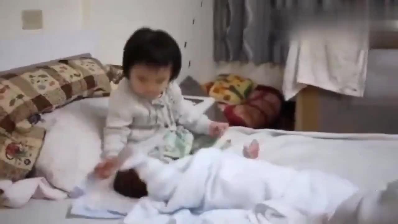 小情人那样哄弟弟的,下一秒宝宝的动作反应,萌翻啦