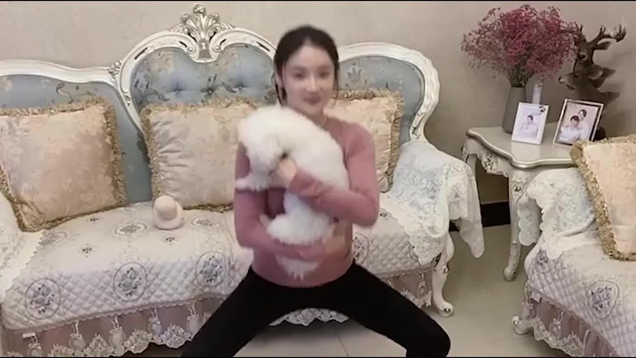 宅家也要瘦袁姗姗抱着狗狗做箭步蹲还用妈妈的擀面杖放松肌肉