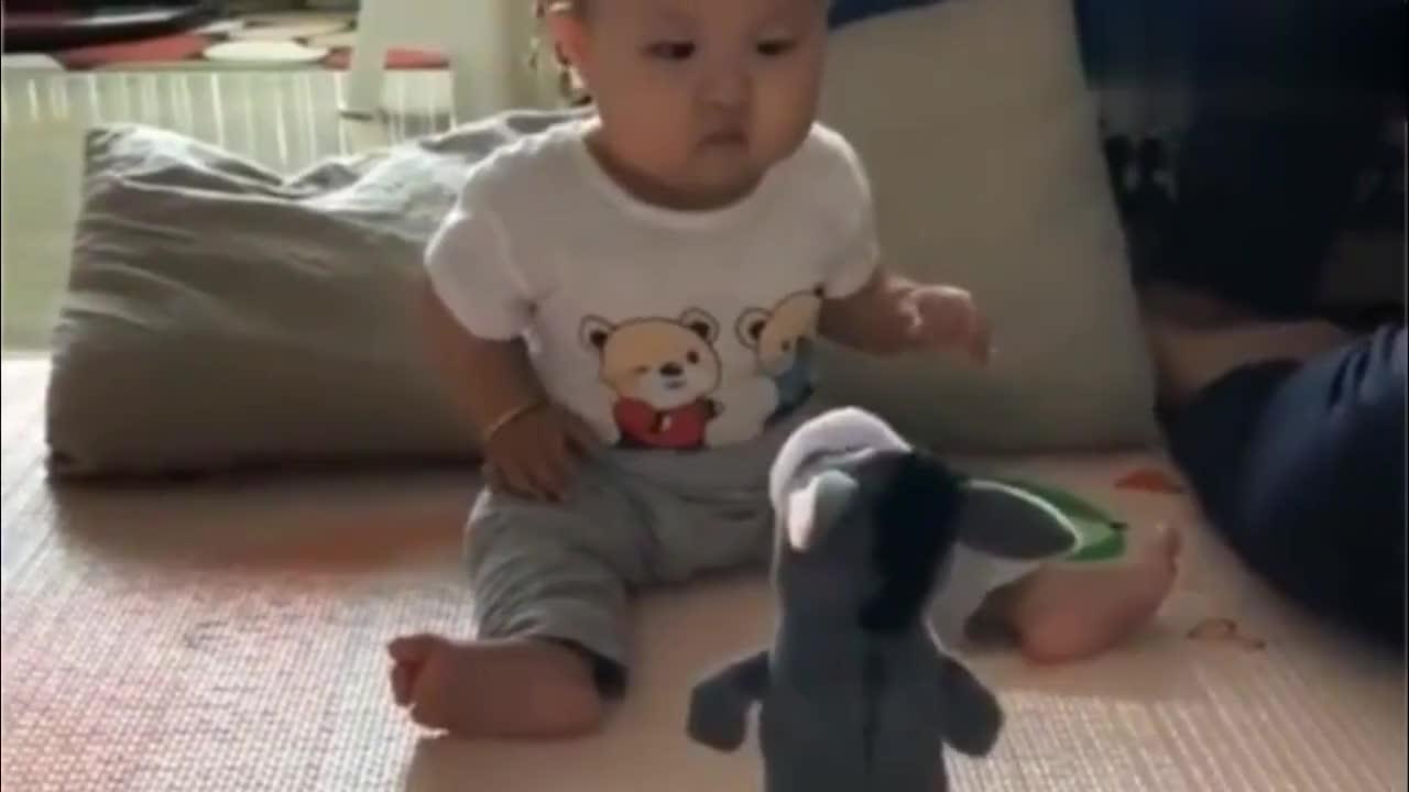 爸爸给8个月的小宝宝玩这样的玩具,接下来宝宝的反应,把人笑喷了