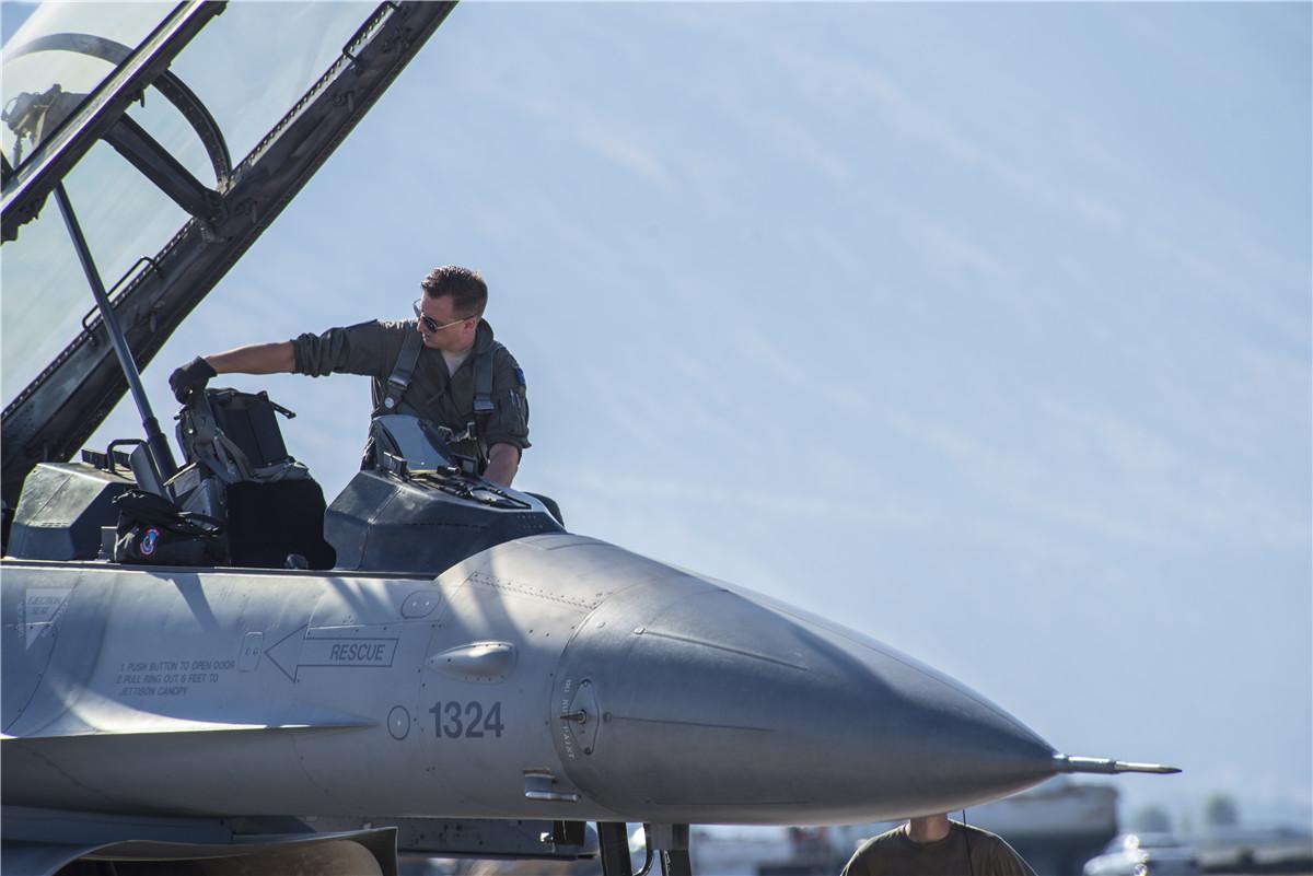 """结束为期两周""""空战格斗""""的F-16,维护人员速速跟上"""