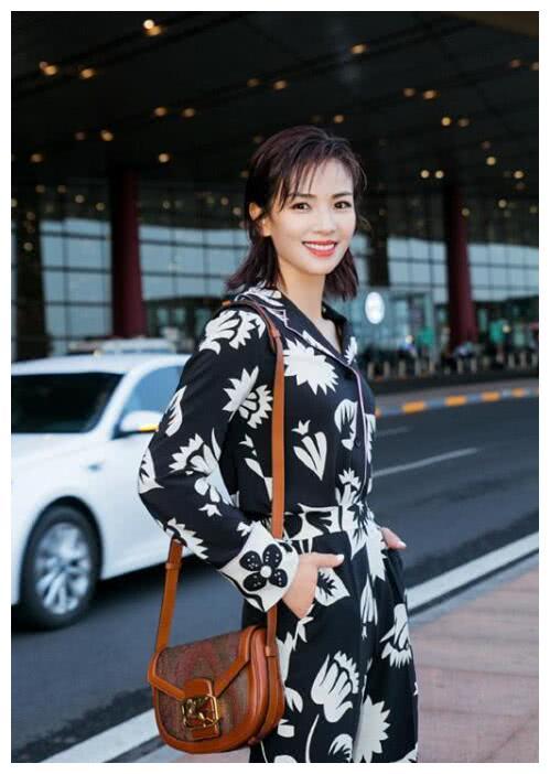 刘涛瘦身后机场凹造型!一袭印花连体衣时髦又减龄,你被美到了吗