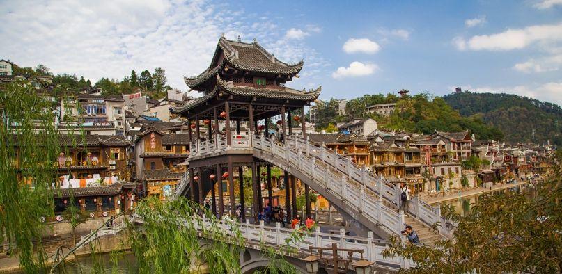 旅游:凤凰古城位于湖南省湘西土家族苗族自治州的西南部