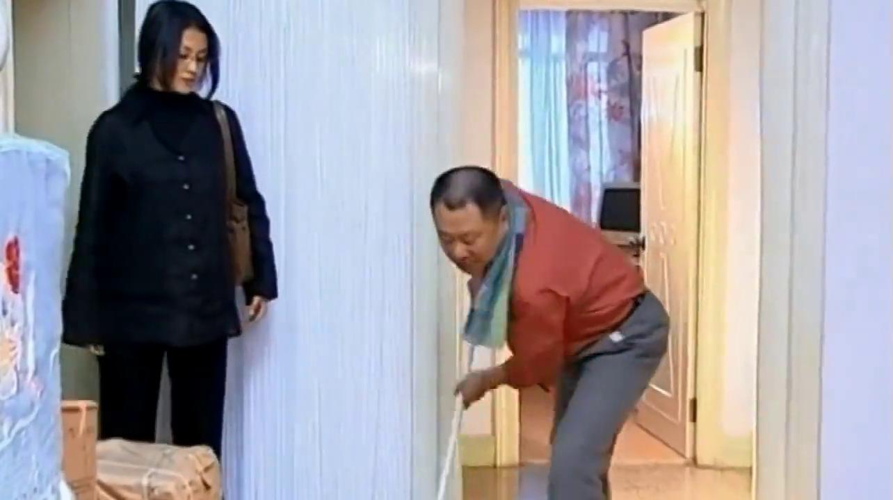 彪哥成为家庭妇男,突然在家里干起家务,房东一时间有点不太适应