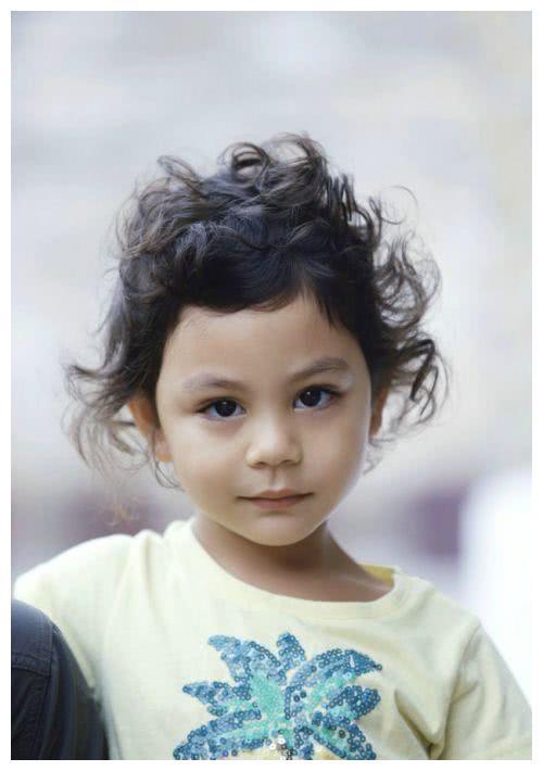 刘烨晒霓娜6岁生日照,诺一法国绅士范,但一细节看出了问题!