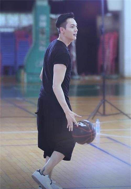 四位打篮球的男星:陈伟霆蒋劲夫上榜,最后一位成为职业选手!