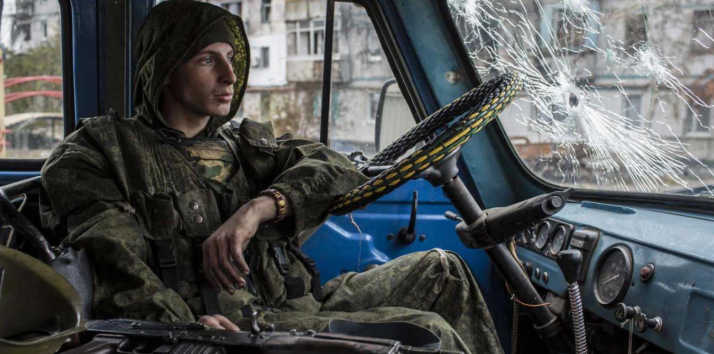 东乌再次燃起战火,无人机遭到防空导弹击落,一看残骸有点眼熟