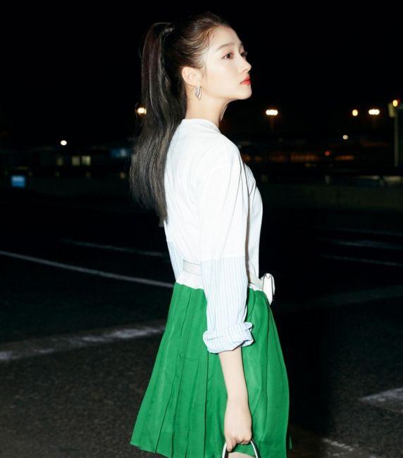 关晓彤靓装写真,穿拼接裙酷劲十足,富有青春活力!