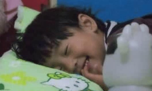 5岁孩子每晚睡觉都磨牙,宝妈想了个办法,医生直夸机智