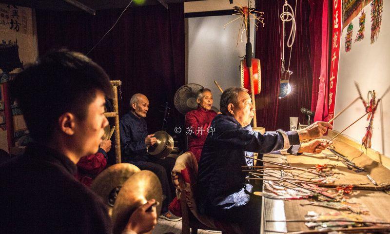 平均年龄70高寿民间艺术家,带80后学徒传承古老皮影戏