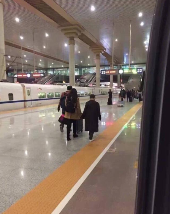 郭敬明与女助理现机场近照,网友:原谅了我足足笑了10秒!