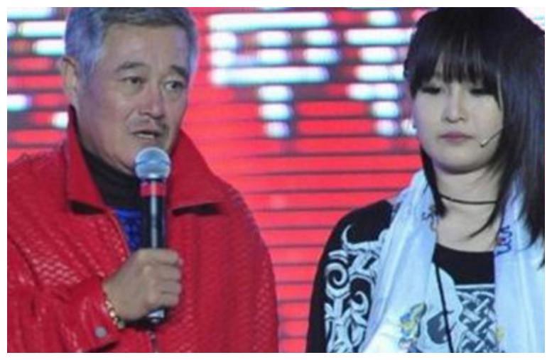 赵本山的两个女儿,一个年入千万坐拥豪车,另一个却低调出行