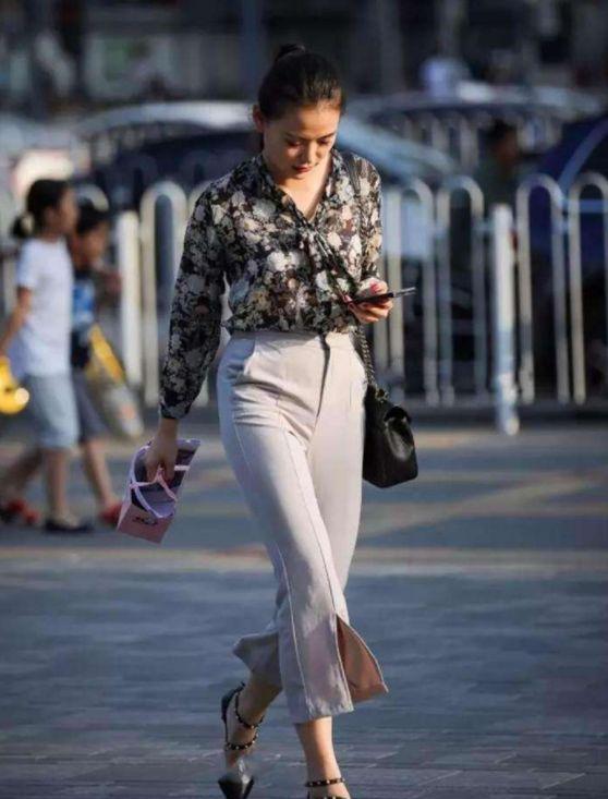 街拍:图7牛仔阔腿裤穿着很显身姿,时尚的造型设计更有型