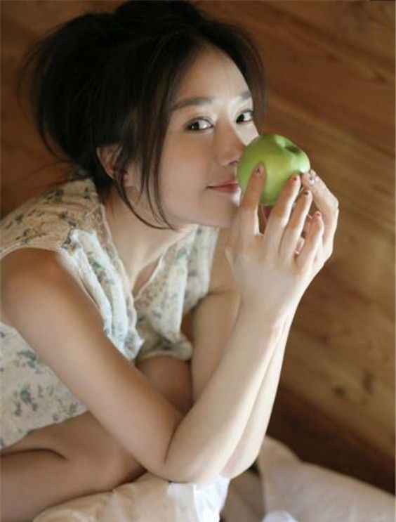 秦岚夏日清凉写真美丽动人,宛如邻家少女惹人喜爱!